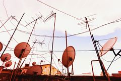De Antennes van TV en SatellietSchotels Stock Fotografie