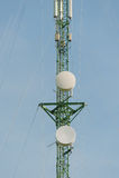 De antennes van TV van de telecommunicatiemast met blauwe hemel Stock Fotografie