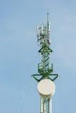 De antennes van TV van de telecommunicatiemast met blauwe hemel Stock Afbeeldingen