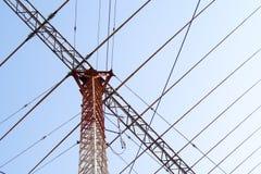 De antennes van TV van de telecommunicatiemast met blauwe hemel Hoge zender towe Stock Afbeelding
