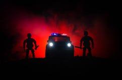 De anti-relpolitie geeft klaar signaal om te zijn Het concept van de overheidsmacht Politie in actie Rook op een donkere achtergr Stock Afbeeldingen