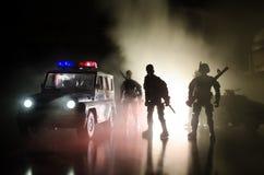 De anti-relpolitie geeft klaar signaal om te zijn Het concept van de overheidsmacht Politie in actie Rook op een donkere achtergr Royalty-vrije Stock Afbeelding