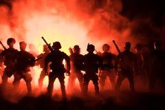 De anti-relpolitie geeft klaar signaal om te zijn Het concept van de overheidsmacht Politie in actie Rook op een donkere achtergr stock foto's