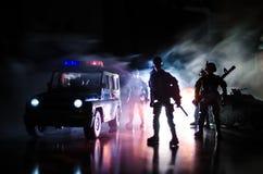 De anti-relpolitie geeft klaar signaal om te zijn Het concept van de overheidsmacht Politie in actie Rook op een donkere achtergr Stock Fotografie