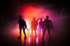 De anti-relpolitie geeft klaar signaal om te zijn Het concept van de overheidsmacht Politie in actie Rook op een donkere achtergr Royalty-vrije Stock Foto