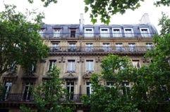 De antieke buitenkant van de flathuizen van Parijs royalty-vrije stock afbeelding