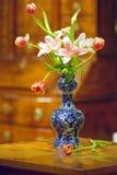 De antieke Delft vaas van Holland met tulpen en lelies stock afbeeldingen