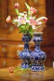 De antieke Delft vazen van Holland met tulpen en lelies royalty-vrije stock foto