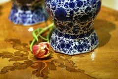 De antieke Delft vazen van Holland met tulpen en leliesdetail stock foto