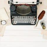 De antieke de hulpmiddelenvlakte van het schrijfmachine uitstekende bureau legt stilleven retr Stock Afbeeldingen