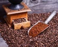 De antieke koffiemolen met grinded koffie in lepel op bonen royalty-vrije stock foto's