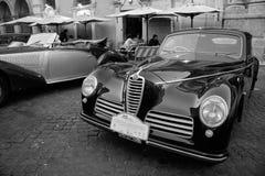 De antieke limousineauto toont met klassieke Alpha Romeo-auto in F Stock Fotografie
