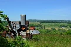 De antieke Maaimachine combineert op de landbouwbedrijven en de heuvels van upstate New York stock afbeeldingen