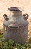 De antieke Melk kan op landbouwbedrijf Royalty-vrije Stock Afbeeldingen