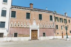 De antieke oranje bouw met antieke vensters in Venetië Stock Afbeeldingen