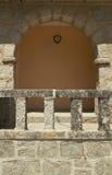 De antieke voorgevel van de de bouwrots met boog en warme toonmuur. Royalty-vrije Stock Foto's