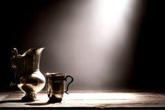 De antieke Waterkruik van het Tin en Oude Zilveren het Drinken Kop Stock Afbeeldingen