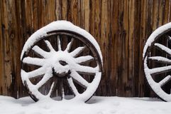 De antieke Wielen van de Wagen in Sneeuw Royalty-vrije Stock Afbeeldingen