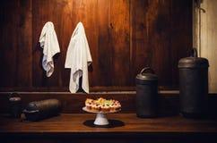 De antieke XIX een eeuw oude houten bovenkant van de keukenbank met een schotel met zoete cake royalty-vrije stock afbeeldingen
