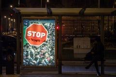 De antiimmigratieaffiche van Viktor Orban-overheid in de straten van Boedapest tijdens de 2018 algemene verkiezingen voert een ca stock afbeeldingen