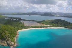 De Antillen, de Caraïben, Antigua, Mening over Knijpende Baai Stock Afbeeldingen