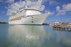 De Antillen, de Caraïben, Antigua, St Johns, Cruiseschip in Haven Royalty-vrije Stock Afbeelding