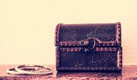 De antiquiteit graveerde houten juwelendoos en twee gouden armbanden royalty-vrije stock foto's
