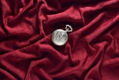 De antiquiteit sloot gouden zakhorloge op een rode zijdeachtergrond stock afbeeldingen