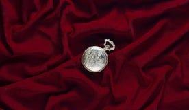 De antiquiteit sloot gouden zakhorloge op een rode zijdeachtergrond bovenkant stock afbeelding