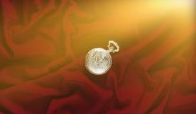 De antiquiteit sloot gouden zakhorloge op een rode zijdeachtergrond bovenkant stock fotografie