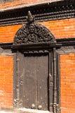 De antiquiteit sneed houten poortbinnenplaats van Kumari Bahal in het Vierkant van Katmandu Durbar stock foto