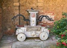 De antiquiteit stelde manueel Brandpomp, Croft Kasteel, Herefordshire in werking stock foto
