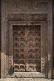 De antiquiteit wodden deur met fantastische gravures wordt behandeld die stock afbeeldingen