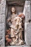 De antiquiteit zegende Maagdelijk Standbeeld in de Alkoof van de Kerk royalty-vrije stock afbeelding
