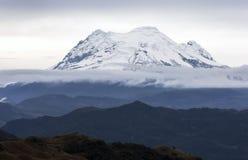 De Antisana-vulkaan zoals die van de hete lentes van Papallacta in Ecuador wordt gezien Stock Foto