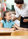 De antwoorden van de leraar op alle kwesties van de leerlingen Stock Foto's