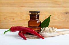 De apotheekfles met rode het uittrekseltint van de Spaanse peperpeper, de infusie, de olie, de verse peulen van de Spaanse peperp stock afbeeldingen