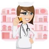 De apotheker die van het beeldverhaalmeisje geneeskundefles tonen Stock Afbeeldingen