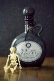 De apothekerkruik van heksen brouwt met schedel Royalty-vrije Stock Afbeeldingen