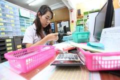 De apothekers treffen en controlerend drugs voorbereidingen Stock Fotografie