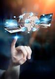 De apparaten en de pictogrammen van technologie aan digitale aarde worden aangesloten die Royalty-vrije Stock Afbeelding