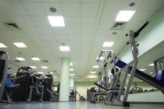 De apparaten van de opleiding in grote sportclub Stock Foto