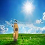 De apparatuur en de bal van het golf op gebied Royalty-vrije Stock Afbeelding