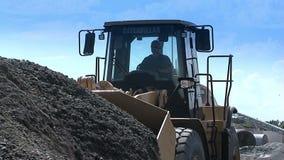 De apparatuur van de bouw op het werk De bulldozers bereiken een lepelpuin De bouw stock videobeelden