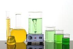 De apparatuur van het laboratorium Bekers, Erlenmeyer-flessen en magnetische opruier royalty-vrije stock afbeeldingen