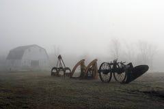 De apparatuur van het landbouwbedrijf op mistig gebied Stock Afbeeldingen