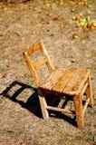 De appel van de herfst en kleine oude houten stoel Royalty-vrije Stock Afbeelding