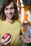 De appel van de mensenholding in supermarkt Royalty-vrije Stock Afbeelding