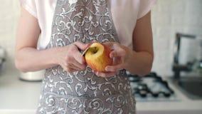 De appel van de vrouwenschil bij keuken stock videobeelden