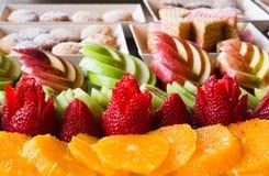 De appelen met de sinaasappelen en de koekjes van de aardbeikiwi worden opgemaakt voor stock foto
